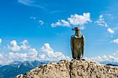 Das Christomannos Denkmal in Gestalt eines Bronzeadlers am Hirzelsteig, Rosengartengruppe, Dolomiten, Trentino, Südtirol, Alto Adige, Italien
