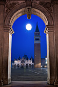 Campanile tower, Piazza San Marco (St. Marks Square) and Basilica di San Marco, at night, Venice, UNESCO World Heritage Site, Veneto, Italy, Europe