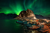 Aurora Borealis (Nordlichter) über Rorbuer (Fischerhütten), Hamnoy, Moskenesoya, Lofoten-Inseln, Nordland, Norwegen, Europa