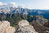 Wandern in den Dolomiten entlang der Spur E5 nahe Rifugio Lagazuoi, Belluno, Venetien, Italien, Europa