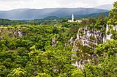 Das Dorf Skocjan liegt auf einem Karstplateau, Slowenien, Europa