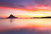 Sonnenaufgang auf dem Strand von Porto Taverna mit der Tavolara-Insel im Hintergrund, Loiri Porto San Paolo, Provinz Olbia Tempio, Sardinien, Italien, Mittelmeer, Europa