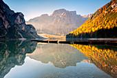 Pragser Wildsee in Trentino Alto Adige an der Dämmerung, Bozen-Provinz, Dolomit, Italien, Europa