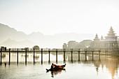 Berge und Brücke reflektierten sich im ruhigen See, Hpa, Kayin, Myanmar