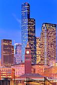 Glockenturm und beleuchtete Hochhäuser von Seattle City, Washington, USA