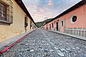 Historische Bezirksstraße bei Dämmerung, Antigua, Gtuatemala