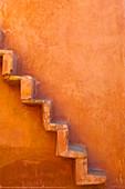 Eingebaute Stufen an der Seite einer Mauer, Jaipur, Rajasthan, Indien