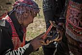 Kirgise schlägt Hufeisen auf Pferd, Afghanistan, Asien