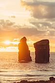 Sonnenuntergang vor der Insel San Miguel in Mosteiros, Azoren, Portugal, Europa, Atlantik