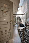 Altes Gefängnis Treppenhaus mit offenen Zellentüren im Vordergrund, ehemaliges Amtsgerichtsgefängnis in Berlin Köpenick, Deutschland