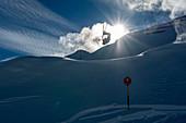 Powdern in Sölden, Skifahrer macht Salto, Tirol, Österreich