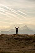 Wanderer genießt Sonnenaufgang überm Melchboden, Zillertal, Tirol, Österreich
