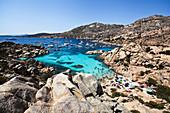 Blick auf die Schiffe und badende Menschen in der Bucht der Isola di Maddalena, Sardinien, Italien, Europa