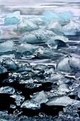 Eisblöcke auf dem schwarzen Diamant-Strand im Südosten Islands, Breidamerkursandur, Island, Europa