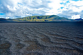 Berge im Fjallabak Naturschutzgebiet, im Vordergrund Schwarzer Sand, Südisland, Island, Europa