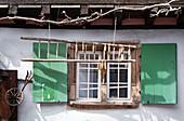 Fensterläden in Fachwerkhaus in Eguisheim im Elsass, Frankreich, Europa