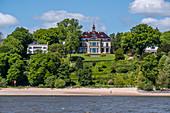 Blick von der Elbe auf die Häuser an der Elbchaussee in Hamburg, Norddeutschland, Deutschland