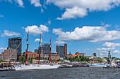 Segelschiffe vor den Landungsbrücken im Hafen von Hamburg, Norddeutschland, Deutschland