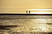 Zwei Kinder spielen am Strand. Deutschland, Ostfriesland, Norden, Nordsee