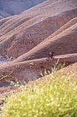 Mountainbiker unterwegs in der felsigen Wüste Negev, Israel