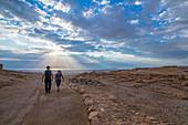 Zwei Wanderer unterwegs im Nationalpark Masada, Israel