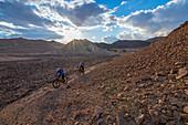 Mountainbiker unterwegs in der felsigen Wüste Negev, Ramon-Krater, Israel