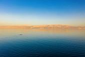 Zwei Kajakfahrer alleine auf dem Toten Meer, Israel
