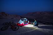 Zwei Mountainbiker übernachten im Zelt, Wüste Negev, Israel