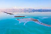 Luftaufnahme vom Toten Meer, zwei Mountainbiker auf Tour, Israel