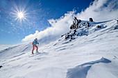 Frau auf Skitour steigt durch Sturm zum Ätna auf, UNESCO Welterbe Monte Etna, Ätna, Sizilien, Italien