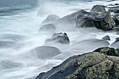 Meeresbrandung spült über Felsen, Lofoten, Nordland, Norwegen