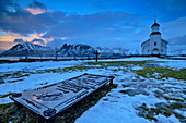 Kirche von Gimsoy mit Grabplatte im Vordergrund, Gimsoy, Lofoten, Nordland, Norwegen