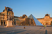 Louvre with entrance pyramid, architect: Ieoh Ming Pei, Louvre, UNESCO World Heritage Seine bank, Paris, France
