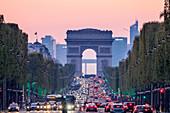 Abendliche Champs-Elysees mit Arc de Triomphe und La Defense im Hintergrund, Paris, Frankreich