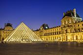 Beleuchteter Louvre mit Eingangspyramide, Architekt: Ieoh Ming Pei, Louvre, UNESCO Welterbe Seine-Ufer, Paris, Frankreich