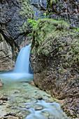 Wasserfall in der Almbachklamm, Frau im Hintergrund, Almbachklamm, Berchtesgaden, Berchtesgadener Alpen, Oberbayern, Bayern, Deutschland