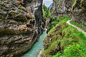 Frau beim Wandern blickt auf Kaiserklamm, Kaiserklamm, Brandenberger Ache, Bayerische Alpen, Tirol, Österreich