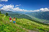 Mann und Frau beim Wandern, Zillertal im Hintergrund, Zillertaler Höhenstraße, Zillertal, Tuxer Alpen, Tirol, Österreich