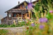 Traditionelle Almhütte aus Holz, Holzalpe, Vier-Almen-Marsch, Zillertal, Tuxer Alpen, Tirol, Österreich