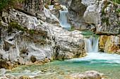 Bergbach fließt mit Wasserfällen durch helle Schlucht, Val Cimoliana, Dolomiten, UNESCO Welterbe Dolomiten, Venetien, Italien