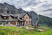 Mehrere Personen stehen vor Geraer Hütte, Geraer Hütte, Peter-Habeler-Runde, Zillertaler Alpen, Tirol, Österreich