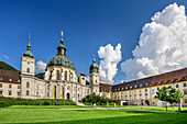 Klostergarten mit Kloster Ettal, Kloster Ettal, Ettal, Ammergauer Alpen, Oberbayern, Bayern, Deutschland