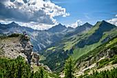 Zwei Personen stehen auf Felssporn und blicken auf Hochvogel, Jubiläumsweg, Allgäuer Alpen, Oberallgäu, Allgäu, Schwaben, Bayern, Deutschland