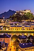 Beleuchtete Altstadt von Salzburg mit Stift Nonnberg und Hohensalzburg über Salzach mit Hoher Göll im Hintergrund, Salzburg, Österreich
