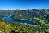 Tiefblick auf Grundlsee, Totes Gebirge und Dachstein im Hintergrund, Trisslwand, Salzkammergut, Salzburg, Österreich