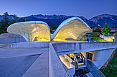 Beleuchtete Bergstation Hungerburg mit Karwendel im Hintergrund, Architektin Zaha Hadid, Hungerburgbahn, Hungerburg, Innsbruck, Tirol, Österreich