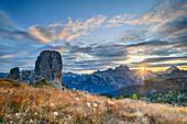 Herbstliche Bergwiese mit Sonnenaufgang über Cinque Torri, Sorapis und Antelao, Cinque Torri, Dolomiten, UNESCO Welterbe Dolomiten, Venetien, Italien