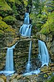 Wasserfall mit Herbstlaub, Kuhfluchtfälle, Estergebirge, Bayerische Alpen, Oberbayern, Bayern, Deutschland