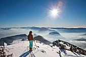 Frankreich, Isère, Regionaler Naturpark Chartreuse, Frau beim Skie-Wandern, Chamechaude, der höchste Berg im Chartreuse-Gebirge (2082 m), im Hintergrund der regionale Naturpark Vercors )