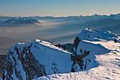 Frankreich, Isère, Regionaler Naturpark Chartreuse, Skifahren Chamechaude, der höchste Berg im Chartreuse-Gebirge (2082 m), im Hintergrund der regionale Naturpark Vercors